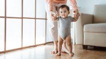 8 conseils pour aider le bébé à marcher