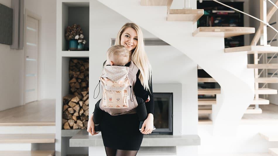 Une maman avec un porte-bébé